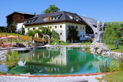 Biohof Brueckler - Laussa - Hausansicht_Schwimmteich